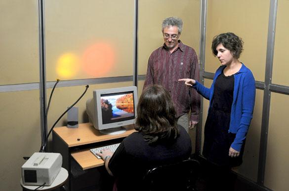 Alejandro Delorenzi y Verónica Coccoz durante un experimento. Foto. CePro-EXACTAS