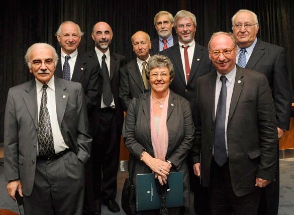 Finalizada la ceremonia, los investigadores egresados de Exactas que fueron premiados, posaron junto con las autoridades de la FCEN.