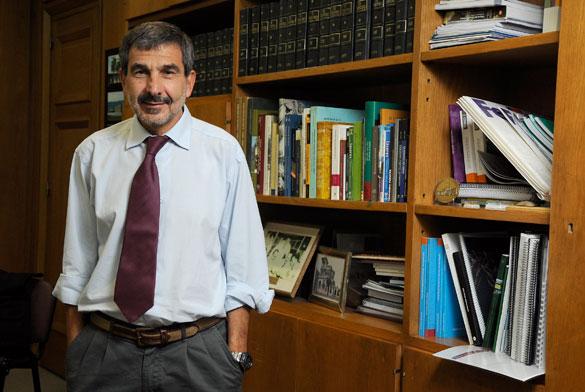 El Presidente del CONICET Roberto Salvarezza en su despacho. Foto: Diana Martinez Llaser