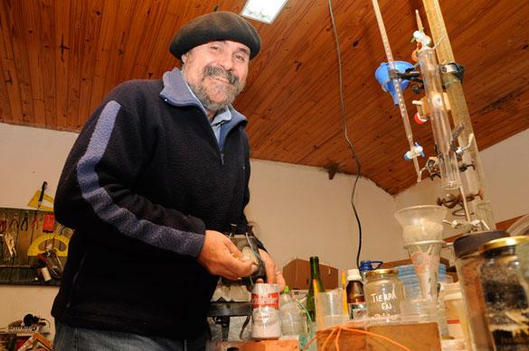 Oscar Donadío en el laboratorio de la escuela nro. 26 en el delta del Tigre