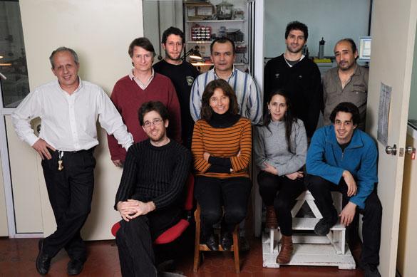 Carlos Acha junto algunos de los integrantes de su grupo de trabajo