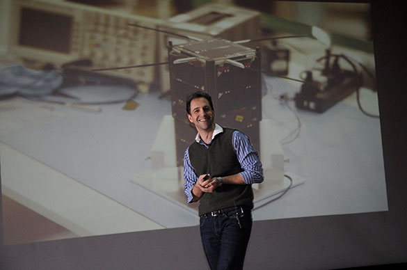 Emiliano Kargieman en el aula magna de Exactas. Foto: Diana Martinez LLaser