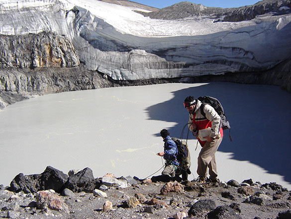 Alberto Caselli y su equipo instalando termómetros en el volcán Copahue. Foto: A. Caselli