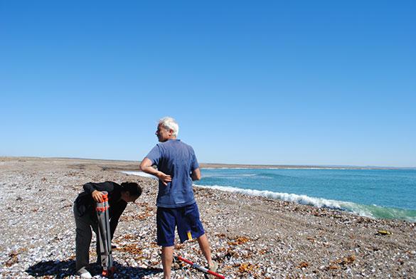 Campaña en playa patagónica. Fotos: gentileza Marcomini-López