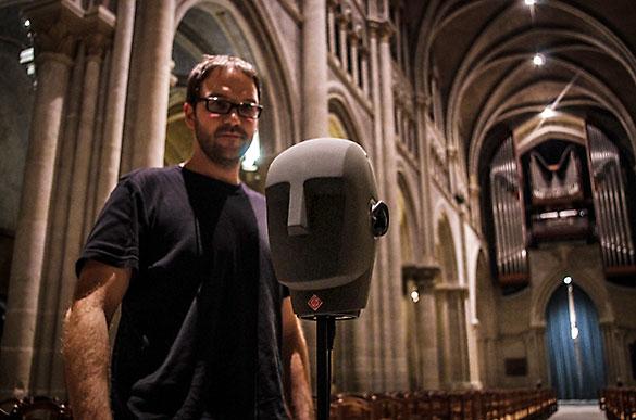 Investigadores en la catedral de Lausana durante las pruebas para reconstruir la imagen trideminsional, a partir de los ecos captados por los micrófonos