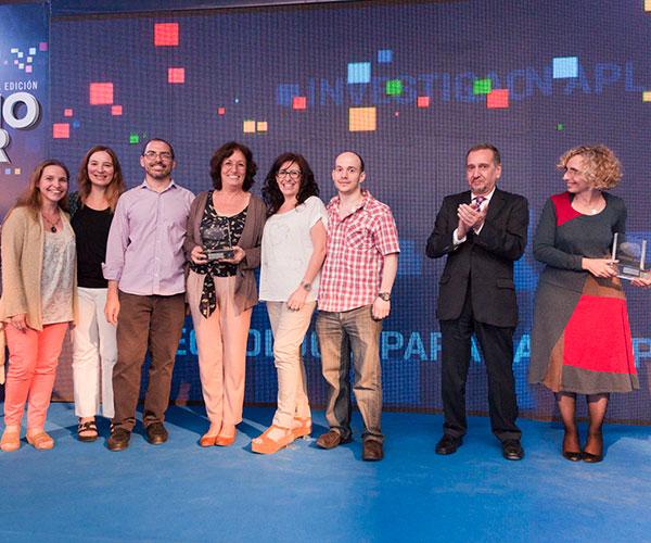 Laura Alché (en el centro, con el premio en sus manos) junto con parte de su grupo de investigación, durante la entrega de premios INNOVAR 2014.