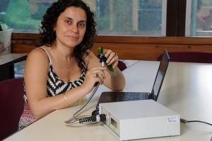 Analìa Iriel con el dispositivo que mide flourescencia en la planta.