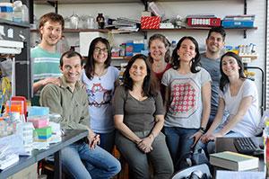 Adalí Pecci (en el centro) rodeada por su equipo de investigadores.