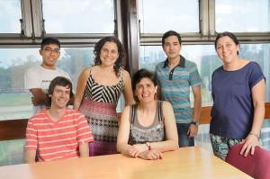 María Gabriela Lagorio (sentada en el centro) rodeada por su grupo de trabajo.