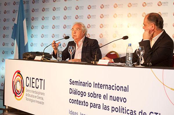 """Castells planteó que la coordinación y el impulso de las políticas de innovación requiere de un actor central que, en los países latinoamericanos no puede ser otro que el Estado. """"No sólo el gobierno, sino agencias estatales de innovación que tengan apoyo público, fondos suficientes y capacidad de autonomía"""", detalló."""