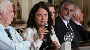 La especialista Carolina Vera, presentando el informe.