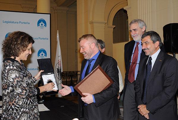 Gabriel Rabinovich recibe la distinción de manos de la legisladora Gabriela Alegre. foto: Diana Martine LLaser.