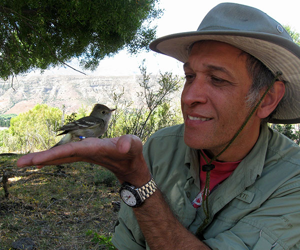 Víctor Cueto con un fiofío que forma parte del estudio. Foto: Susana Bravo.