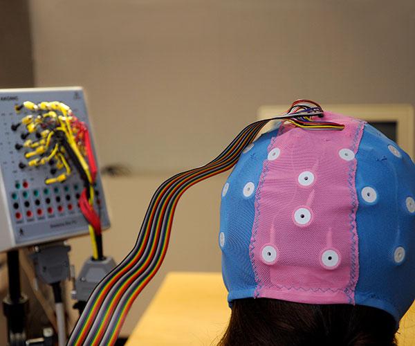 Mediante electrodos colocados en el cuero cabelludo de los voluntarios es posible medir, de modo indirecto, la actividad eléctrica de la corteza cerebral. Por ejemplo, si el cerebro se enfrenta con una palabra que no se corresponde con el contexto en que aparece, genera una señal con ciertas características.