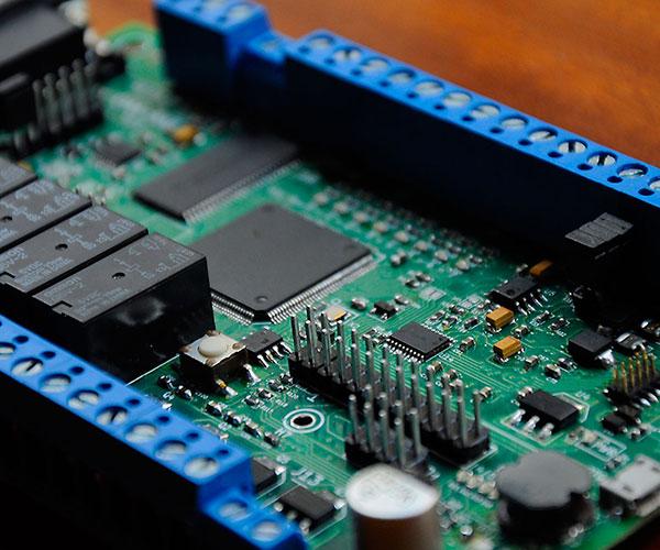 En concreto, la CIAA es una plaqueta electrónica provista de un microcontrolador, interfaces de comunicación y puertos de entrada y salida, cuyo diseño está disponible gratuitamente en Internet para toda la comunidad.