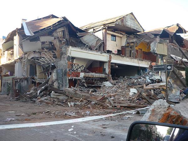 Edificio colapsado por el terremoto en Concepción, Bío Bío, Chile. Foto: Oficina Regional de Educación.