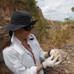 Claudia Marsicano en una de las canteras de roca para adoquines de la localidad de Timón en las afueras de Teresina, capital del Estado de Piauí, Brasil, lugar donde se encontraron los fósiles.