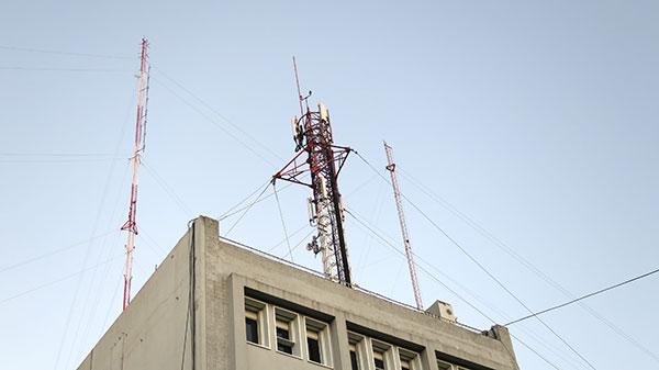Si bien se considera que todavía no hay estudios suficientes la OMS ha clasificado a las radiaciones electromagnéticas producidas por los teléfonos móviles como posiblemente carcinógenas para los seres humanos.