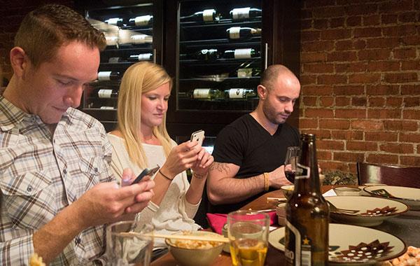 El término phubbing -unión de las palabras inglesas phone (teléfono) y snubbing (despreciar)- se ha creado para definir el acto de un individuo de ignorar su entorno por concentrarse en un dispositivo móvil. Foto: jseliger2/Flickr