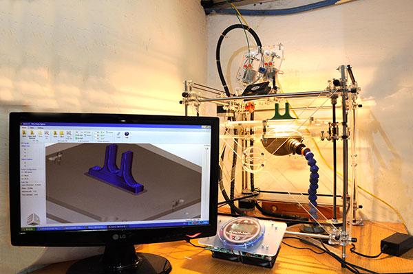 El incesante abaratamiento de esta tecnología –que ocurre a una velocidad mayor que la que se dio para las computadoras personales– permite predecir que en la próxima década la impresora 3D estará tan presente en los hogares como lo está hoy la impresora convencional.