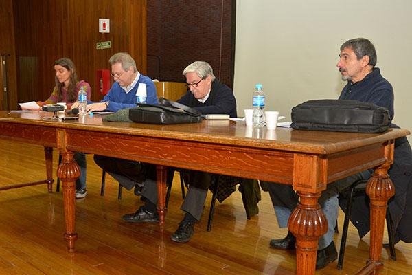 (De izq. a der.) Valeria Levy (moderadora), Gerardo Burton, Roberto Rivarola, Roberto Salvarezza. Foto: Exactas-Comunicación.