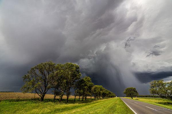 """Los eventos extremos afectan severamente el sector agrícola-ganadero. """"El estudio de cualquiera de los dos extremos, lluvias extremas o déficit, puede transformarse en una herramienta para el desarrollo sostenible de una región"""", explica la climatóloga Olga Penalba."""