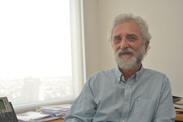 """""""Afortunadamente la empresa me ha permitido estar muy activo y mantenerme bastante conectado con las tareas de investigación"""", dice José Groisman con satisfacción. Foto: Juan Pablo Vittori."""