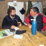 El investigador Roberto Bo (a la izquierda) trabaja junto con productores locales. Fotos: Gentileza Roberto Bo.