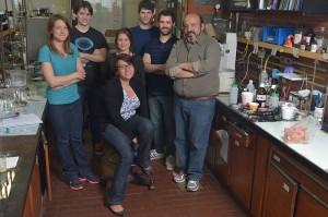 (De izq. a der.) Romina Ronchi, Julián Fernández, Marianela Sánchez (sentada), María Belén Valdez, Ivan Prieto, Cristian Pis Diez, Jorge Palermo.