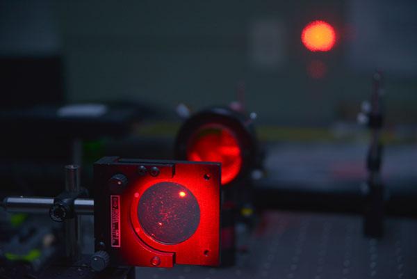 """""""Las propiedades inherentes de la luz, así como los avances en optoelectrónica (tecnología que combina la óptica y la electrónica), hacen que la fotónica sea muy eficiente para generar, procesar, almacenar y transportar información"""", explican los investigadores."""