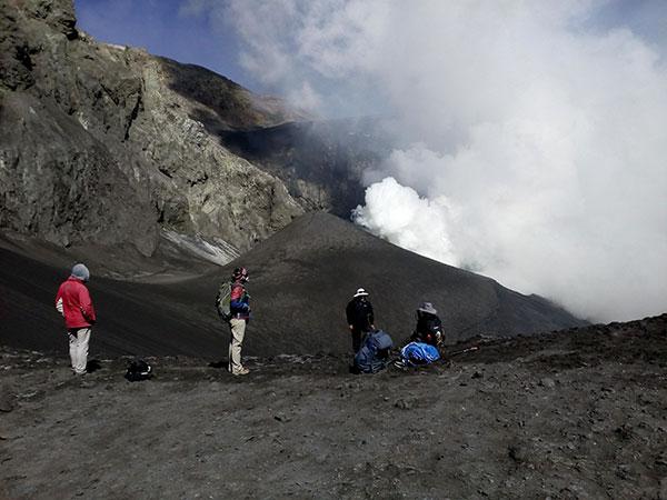 Investigadores en el cráter del volcán Copahue.