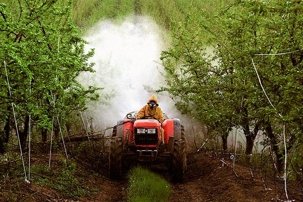 Vehículo en plena fumigación de un emprendimiento frutícola. Foto: Estudio Modolo/Flickr.