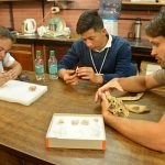 Lucas observando fósiles en un laboratorio de Paleontología.
