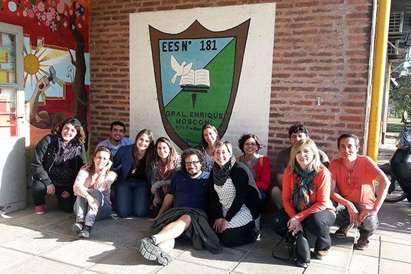 Grupo de investigadores con docentes de la Escuela 181.