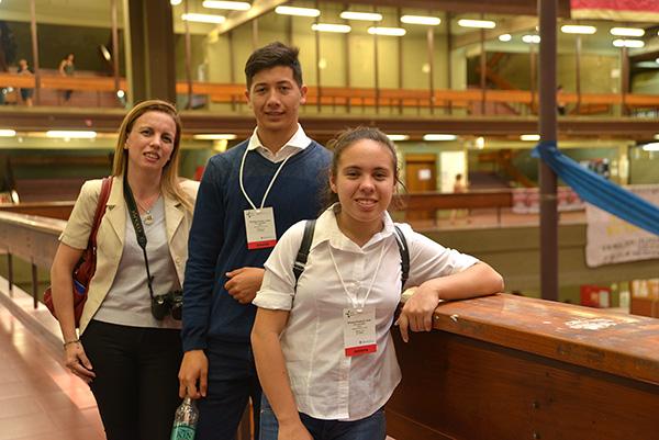Marina García, Santiago Lucas y Silvana Ávila durante su visita a Exactas UBA.