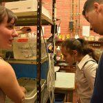 Silvana Ávila y Santiago Lucas en un laboratorio de Biología.
