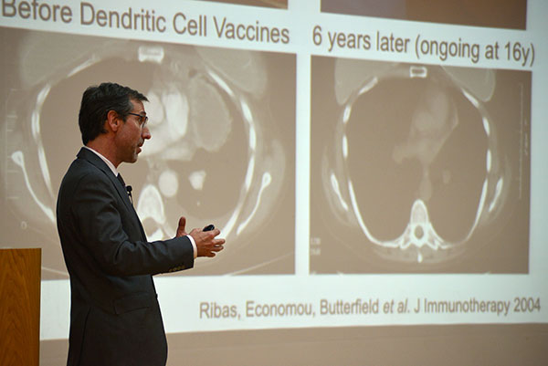 Ribas, durante su exposición en el Aula Magna de la Facultad de Ciencias Exactas y Naturales de la UBA. Foto: Exactas-Comunicación.