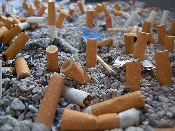 Las colillas tiradas por los fumadores en playas, parques y por doquier suman, en un año, casi un millón de toneladas de residuos tóxicos. Imagen: Marta/Flickr.