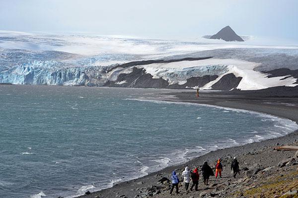 Hace más de dos décadas, en la base antártica argentina Carlini, los investigadores toman muestras de las aguas en tres estaciones en la caleta Potter, a niveles de profundidad que van desde cero a treinta metros.