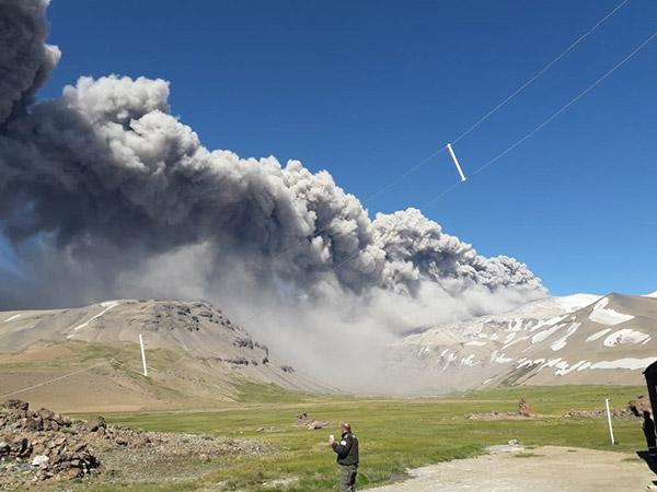La dispersión de la cenizas no supera un radio de 50 o 60 kilómetros respecto del volcán, y no está afectando, por el momento, localidades cercanas, ni rutas aéreas.