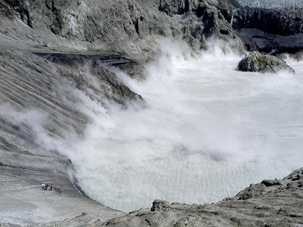 Laguna ácida formada en el cráter activo del Copahue.