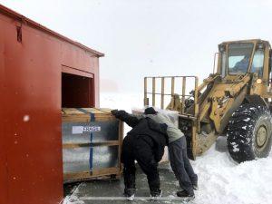 Transportar e instalar en la Antártida un equipo que pesa más de una tonelada y ocupa unos 2 m² es una tarea sumamente complicada.