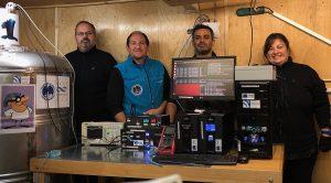 """(De izq. a der.) Sergio Dasso, Omar Areso, Matías Pereira y Adriana Gulisano posan junto a """"Neurus"""" el detector de rayos cósmicos."""