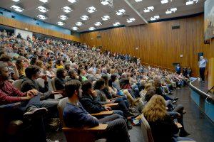 El Aula Magna se colmó de estudiantes y profesores para escuchar a Paenza.