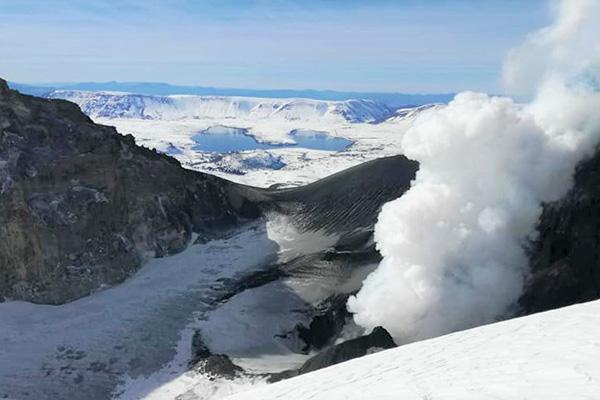 El escenario esperable es la ocurrencia de explosiones menores, con emisión de gases, balísticos y cenizas. Esta actividad estaría contenida dentro de un radio de 5 kilómetros en torno al cráter activo.