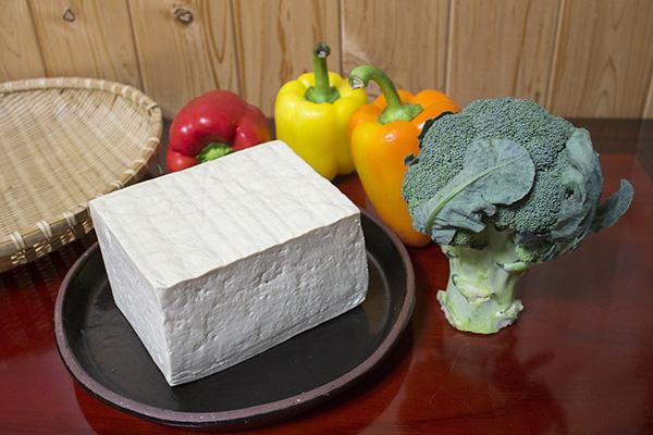 Si el grano de soja está contaminado, las aflatoxinas pueden atravesar todo el proceso de fabricación y aparecer en el tofu.