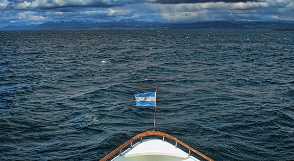 El frente del talud está formado por el encuentro entre dos masas de agua: la que está sobre nuestra plataforma continental y la Corriente de Malvinas. Ese encuentro produce una combinación de fenómenos naturales que hacen que ese frente sea muy rico en nutrientes.