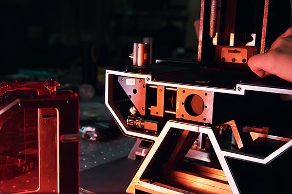 El novedoso dispositivos es fruto de la colaboración creativa entre dos facultades de la UBA que convirtió un prototipo de microscopio en un equipo apto para diversos usos y en vías de ser patentado.
