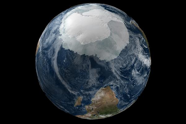 """""""El calentamiento resultó de una fuerte anomalía ciclónica en el mar de Weddell causada por el aumento de la temperatura de la superficie del mar en el Pacífico tropical occidental"""", indican los autores del trabajo. Foto: NASA."""