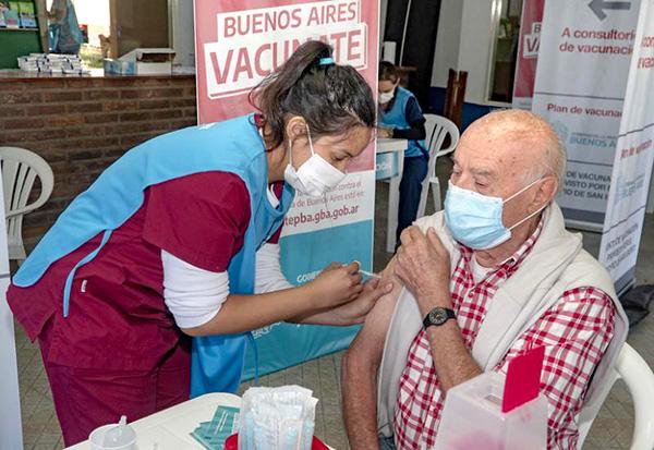 El trabajo indica que del total de personas vacunadas, apenas el 0,53% tuvo algún tipo de efecto secundario.